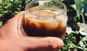 Kawy idealne na upalne dni – jak je przygotować?