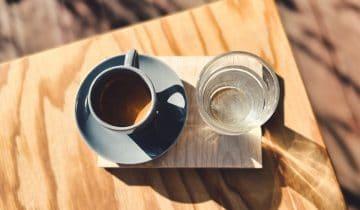 Skąd wziął się zwyczaj podawania wody do espresso?
